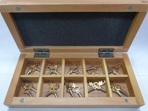 Taschenuhrschlüssel Set in Holz-Etui